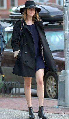 dakota-johnson-vestido-azul-casaco-chapeu-street-style