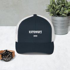 Diese bloody-Kappe mit 6 Segmenten und Netzrücken ist eine bequeme und klassische Wahl für einen perfekten Tag. Embroidered Baseball Caps, Ruth Bader Ginsburg, A Perfect Day, Rose Design, Caps Hats, Navy And White, Really Cool Stuff, Crew Neck Sweatshirt, Baseball Hats