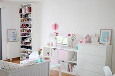 Vous en aviez rêver.... Je vous emmène visiter mon petit studio et sa décoration pastel blanche, rose et mint.
