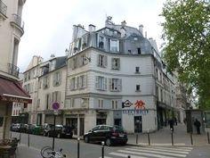 Paris 3e - Au n°113 de la rue du Pont-aux-Choux, à l'angle du boulevard Beaumarchais, un immeuble de rapport avec deux étages mansardés construit en 1773 et inscrit en 1925 aux MH.