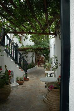 Digging the patio scape. Outdoor Areas, Outdoor Rooms, Outdoor Living, Porches, Courtyard House, Spanish Courtyard, Villa, Spanish Style Homes, Garden Inspiration