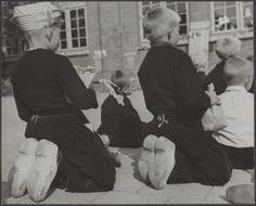 Bevrijdingsfeesten. Volendam viert de bevrijding. Kinderen kijken naar poppenkast Datum 1 juli 1945 Locatie Noord-Holland, Volendam Trefwoorden kinderen, klederdrachten, klompen Fotograaf Andriesse, Emmy / Anefo