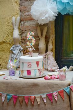 How gorgeous is the bunting on the table and the cake! {Blaubloom} #party #partydecorations