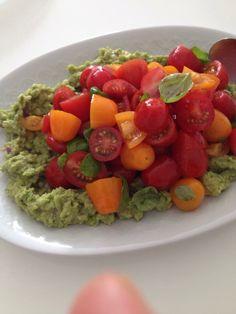 Guacamole with tomatoe salad