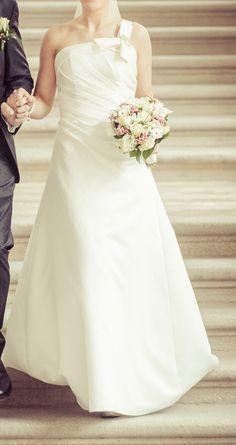 ♥ Verkaufe mein hübsches Brautkleid + Stola+ Schleier+ Perlen Haarreif (-unbenutzt)!!! ♥  Ansehen: http://www.brautboerse.de/brautkleid-verkaufen/verkaufe-mein-huebsches-brautkleid-stola-schleier-perlen-haarreif-unbenutzt/   #Brautkleider #Hochzeit #Wedding