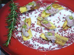 A chef Luiza Holffman se supera a cada receita. Essa é uma entrada de chips de banana da terra com rosbife.