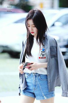 Image about fashion in Red Velvet by tomatoro Korean Girl Fashion, Kpop Fashion, Fashion Outfits, Airport Fashion, Seulgi, Irene Red Velvet, Kpop Mode, Red Valvet, Velvet Fashion