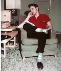 The one & only Elvis Presley The King Rock 'n Roll with rockabilly style. Elvis Presley Hair, Elvis Y Priscilla, Elvis Presley Photos, Elvis Presley Young, Rare Elvis Photos, Rockabilly Style, Rockabilly Fashion, Rockabilly Boys, Greaser Style