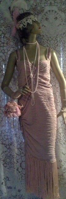 Drapeado e bordado, estilo retrô Acompanha luvas rendadas longas, bolsa em crochê,  tiara em renda bordada e plumas