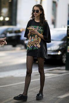 Street fashion: modelki off duty na Paris Fashion Week Fashion Guys, Grunge Fashion, Look Fashion, 90s Fashion, Fashion Models, Fashion Outfits, Fashion Trends, Street Fashion, Paris Fashion Weeks