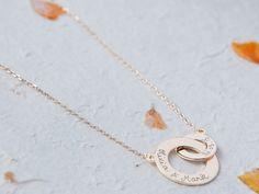 Personalisierte Halskette mit verschlungenen Ringen