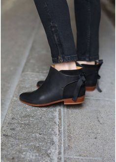 Sézane - Black Boots ... I'm in lurve!!!!!!! Me want.