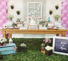 A Whimsical & Girly Garden Birthday Party // Hostess with the Mostess® Birthday Balloons, Birthday Parties, Blog Bebe, Mesas Para Baby Shower, Garden Birthday, Kids Party Themes, Party Ideas, Party Decoration, Garden Theme