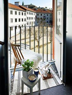 arquitrecos - blog de decoração: Mesa dobrável em madeira, um charme na varanda!!
