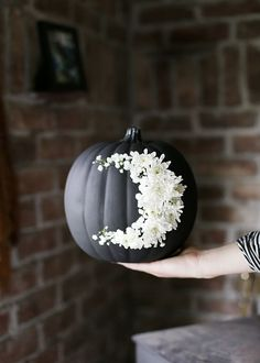 Another DIY pumpkin coming your way today! I'm pretty sure this one is the perfect mix of sweet & spooky! A crescent moon would fit right in if you're into spooky Halloween decor but the fresh flowers Diy Halloween, Halloween School Treats, Fairy Halloween Costumes, Spooky Halloween Decorations, Dollar Store Halloween, Pumpkin Decorations, Halloween Stuff, Halloween Lighting, Modern Halloween