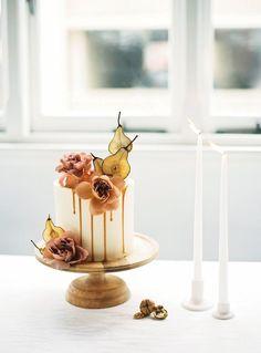 simple autumn wedding cake pears drip cake | Photography: Katie Grant