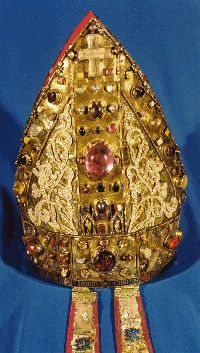 The O'Dea Mitre, ca. 1420. Made in Dublin, the name of the artist is engraved - Thomas O'Carryd, artifex faciens. The infulae or pendants appear to have suffered much as they are devoid of most of the ornaments that once adorned them.   This image is the property of  the Dean and Chapter of Limerick Cathedral. Royal Crowns, Tiaras And Crowns, Historical Artifacts, Ancient Artifacts, Pope Of Rome, Medieval Jewelry, Religious Images, Royal Jewelry, Jolie Photo