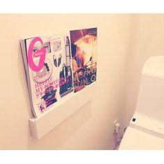 トイレの壁に設置。雑誌を置いて、リラックス空間へ。