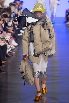 Maison Margiela Spring 2019 Ready-to-Wear Fashion Show Collection: See the complete Maison Margiela Spring 2019 Ready-to-Wear collection. Look 31 Dope Fashion, Unisex Fashion, Sport Fashion, New Fashion, Fashion Brands, John Galliano, Vogue Paris, Couture Fashion, Paris Fashion