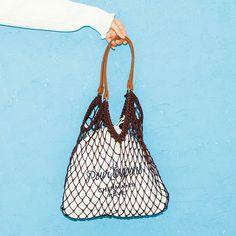 メッシュバッグ 注目のメッシュバッグは、中の巾着のさりげないロゴが大人っぽくておしゃれ! ゆるく持って今っぽさを強調。 3,500円+税/LOWRYS FARM