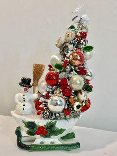 Vintage Christmas Crafts, Christmas Tree Art, Christmas Scenes, Christmas Past, Christmas Baubles, Holiday Crafts, Yarn Trees, Santa Mugs, Christmas Arrangements