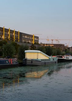 Denizen Works has built a church on a canal boat in east London, which has a pop-up roof that functions like a church organ's bellows. Altar Design, Church Design, Floating Architecture, Interior Fit Out, Church Pictures, Community Activities, Construction Cost, Sailing Outfit, Canal Boat