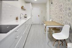 Cocina #EtxeAndCo   Cocina y salón los reyes de la casa. Vivienda acogedora y despejada. Con la reforma de la cocina y el salón adyacente se consigue: un despacho, hall y salón. Y se añade comedor a la cocina. #Interiorismo #CoachingInmobiliario #Cocina #Kitchen #SanSebastian #Donostia