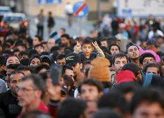 Pakolaiset odottivat rekisteröintiä saavuttuaan Saksaan Itävallan rajan yli keskiviikkona. Päivän aikana Saksaan saapui Itävallasta arviolta 1400 pakolaista.