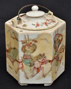 Bule em porcelana chinesa policromada sextavado totalmente restaurado . Séc. XIX medindo 11 cm de al