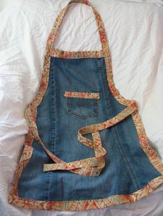 Upcycled jeans apron by JeaniousBySandra on Etsy Diy Bags From Old Jeans, Altering Jeans, Jean Apron, Sewing Courses, Jean Crafts, Denim Ideas, Recycle Jeans, Sewing Aprons, Aprons Vintage