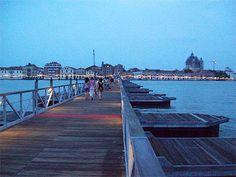Pont flottant provisoire     Venise > La Giudecca  La Giudecca est une île empreinte de quiétude, composée de huit ïlots séparés par des canaux, plus larges qu'ailleurs. Maisons de pêcheurs, demeures somptueuses ou bien encore bâtiments industriels du XIXe siècle caractérisent cette île dynamique qui vient de se doter d'une résidence universitaire, d'un théâtre et d'un centre culturel.