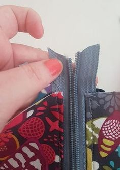 sew easy zipper install Sewing Lessons, Sewing Hacks, Sewing Tutorials, Sewing Crafts, Sewing Tips, Sewing Ideas, Sewing To Sell, Love Sewing, Bag Patterns To Sew