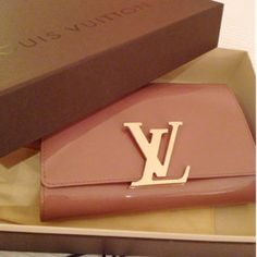 d6d83939f460 This is an authentic LOUIS VUITTON Vernis Neo Sobe Louise Evening Clutch in  Rose Velours. Buy BagsLv ...