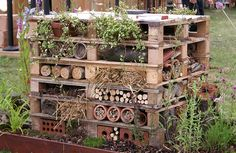 Perennial Flower Gardening - 5 Methods For A Great Backyard Bug Hotel - It's A Diy High Rise Building For Native Bees To Nest. Incredible Way To Bring More Valuable Pollinators To Garden. Bug Hotel, Old Pallets, Wooden Pallets, Recycled Pallets, Free Pallets, Recycled Wood, Garden Art, Garden Design, Easy Garden