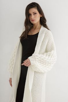 This knitting coat pattern features a relaxed, amazingly cozy coat. #cardigan #chunkyknitcardiganpattern #chunkycardigan #cardiganknittingpattern #chunkyknitcardigan #chunkycardiganknittingpattern #knitcardiganpattern #chunkycardiganpattern #knitcardigan #cardiganpattern #knittingpatternsforwomen #knittingpattern #cardiganknittingpatternsforwomen #chunkyknitsweaterpattern #knittingcardiganpattern #cardiganknittingpatternwomen Chunky Cardigan, Knit Cardigan, Coat Patterns, Knitting Patterns, Cardigan Pattern, Outfit Of The Day, Knitwear, Ravelry, Casual