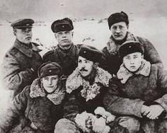 Командир отделения разведки старший сержант Юрий Никулин на войне с боевыми товарищами. 1940-е..