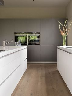Bulthaup Kitchen Design Ideas, Pictures, Remodel and Decor Taupe Kitchen, White Gloss Kitchen, Gray And White Kitchen, New Kitchen, Kitchen Modern, Minimalist Kitchen, White Wood, Kitchen Ideas, Kitchen Wall Cabinets