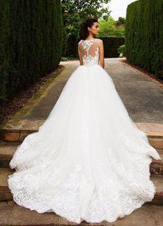märchenhaftes Brautkleid mit langer Schleppe und Spitzen Elementen, ärmellos