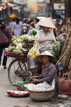 Market Day - Fresh fruit market traders in the Old Quarter of Hanoi, Vietnam