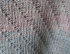 """Strickmuster für rechteckige Stola """"Primavera Wrap"""" - Das Tuch ist einfach zu stricken, rechte und linke Maschen sind gefragt. Es ist beidseitig verwendbar und kann in jeder beliebigen Länge und Breite gearbeitet werden; für ein größeres Tuch sollte man jedoch mehr Garn einplanen."""