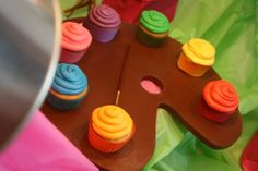 Try getting a 1/2 sheet cake and using a real palate, add 5 different color cupcakes