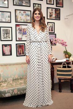 Mariana Cassou, sócia do Gallerist, com vestido de poás preto e branco da coleção Candy para Gallerist.