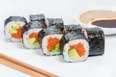 Sushi roll with smoked salmon and avocado Smoked Salmon Sushi, Salmon Avocado, Avocado Roll, Salmon Roll Sushi, Sushi Sushi, Sushi Time, Sushi Roll Recipes, Keto Recipes, Onigirazu