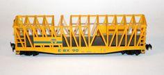 Vagó obert EBX 90: Vagó pel transport de mercaderies pesades. Es de vora alta i obert, gàbia tipus americà. Vagón abierto EBX 90: Vagón para el transporte de mercancías pesadas. Es de borde alto y abierto, jaula tipo americana.