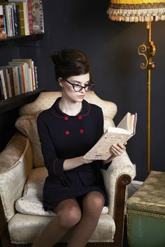 Another outfit to add to my librarian wardrobe. Naughty Librarian, Librarian Style, Parisienne Chic, Style Feminin, Woman Reading, Estilo Retro, Girls With Glasses, Geek Chic, Marie Antoinette