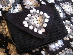 Ravelry: Granny Square Messenger Bag pattern by Esther Chandler - free crochet pattern