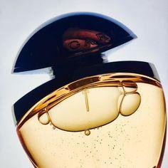 Fragrance BVlGARI #shooting #shootingphoto #shoot #perfume #fragrance #bvlgari #rose #rosegoldea #gold #lights #reflect #shades #finger #stilllife #naturemorte #sun #sunny #beautiful #love #advertising #communication #pub @bulgariofficial #instagood #instagram #gold #bubbles