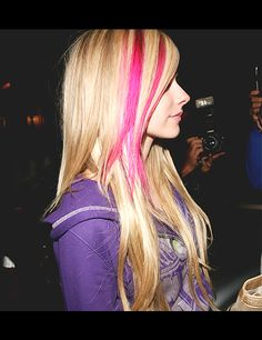 Cute pink streaks [Avril] - All For Hair Color Trending Pink Hair Streaks, Blonde Hair With Highlights, Pink Highlights, Hair Color Pink, Blue Hair, Highlights Underneath, Peekaboo Hair, Peekaboo Color, Looks Cool