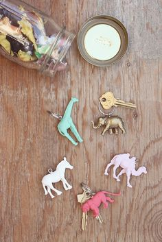 DIY animal keychains: what a cute idea! Just paint plastic animals colors you like and add a keychain loop in the back. Cute Crafts, Crafts To Do, Crafts For Kids, Arts And Crafts, Diy Projects To Try, Craft Projects, Ideias Diy, Diy Décoration, Crafty Craft