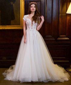 Vestido de noiva Berta Bridal desfilados na NY Bridal Week, com corpo rendado e decote profundo. Manga curta rendada e saia abre com tule.